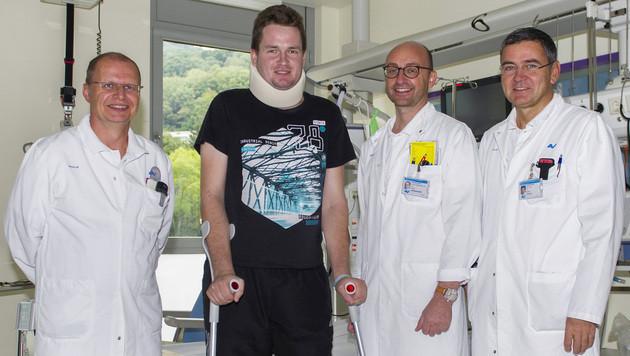 Oberarzt Wieser, Patient Semir B., Oberarzt Kohrgruber und Primar Plecko (v.l.n.r.) (Bild: AUVA)