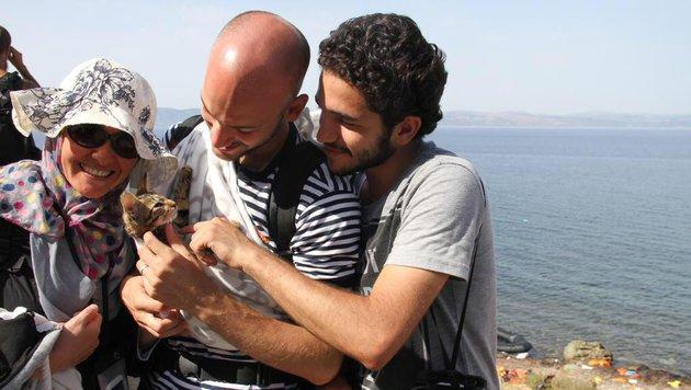 """Der Flüchtling ist erleichtert: Er hat es mit seiner Katze """"Zaytouna"""" nach Griechenland geschafft. (Bild: Twitter.com/The 47th)"""