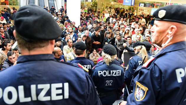 Viele Flüchtlinge: Bahnhof Salzburg drohte Sperre (Bild: APA/EPA/BARBARA GINDL)