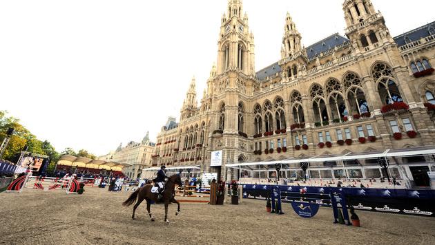 Weltgrößtes Reit-Spektakel vor dem Wiener Rathaus (Bild: APA/HERBERT PFARRHOFER)