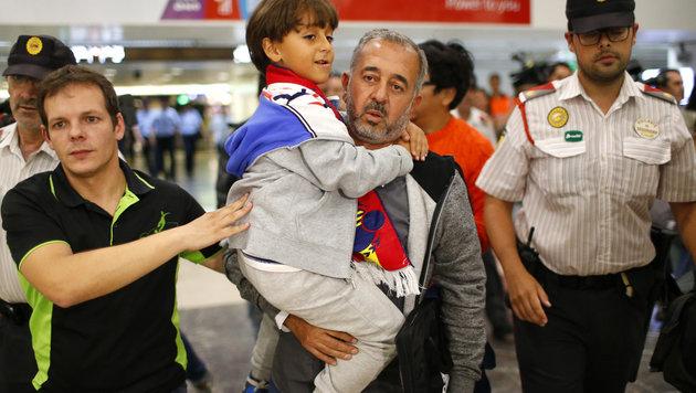 Getretener Flüchtling will nun nach Österreich (Bild: AP)
