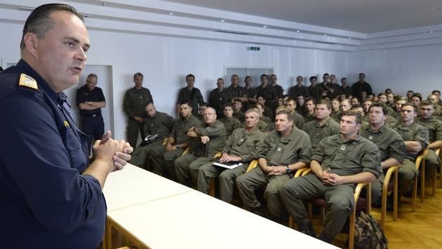 Der Landespolizeikommandant des Burgenlands, Hans Peter Doskozil, beim Briefing der Soldaten (Bild: APA/ROBERT JAEGER)