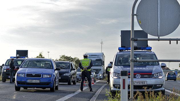 Grenzsperren belasten bereits heimische Wirtschaft (Bild: APA/HERBERT NEUBAUER)