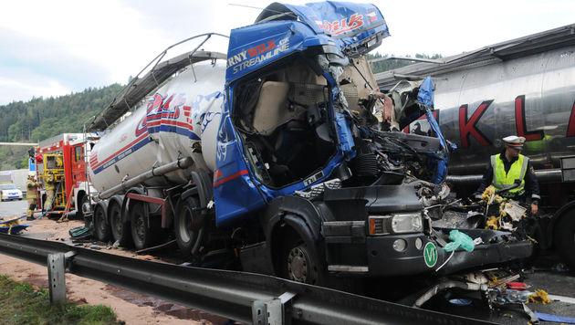Zwei Tote nach Lkw-Auffahrunfall in Tirol (Bild: APA/ZOOM-TIROL)