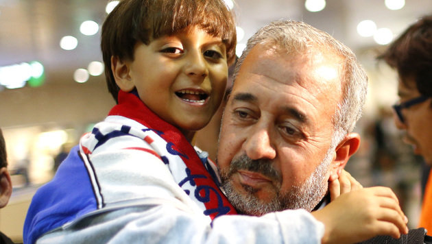 Osama Abdul Mohsen mit seinem Sohn (Bild: AP)
