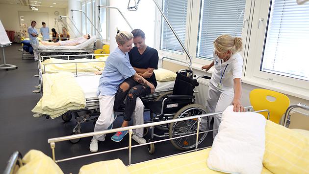 Wie hebt man einen Patienten vom Bett in einen Rollstuhl, ohne ihn oder sich selbst zu verletzen? (Bild: Gerhard Bartel)