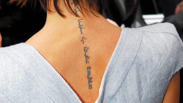 Victoria Beckhams Rücken ziert ein hebräischer Schriftzug. (Bild: Viennareport)