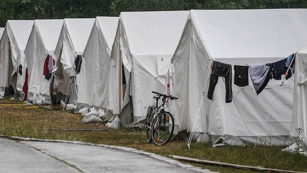 Das Zeltlager am Sportplatz hinter der Landespolizeidirektion Salzburg (Bild: Markus Tschepp)
