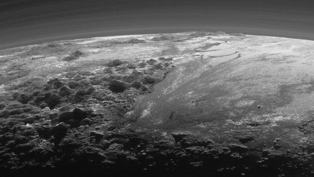 Die eisige Oberfläche und die Atmosphäre von Pluto (Bild: NASA/JHUAPL/SwRI)