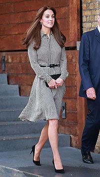 Kate trug zu ihrer neuen Pony-Frisur ein schwarz-weiß gemustertes Kleid von Ralph Lauren. (Bild: AFP, EPA)
