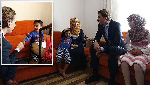 Außenminister Kurz während seines Besuchs bei einer Flüchtlingsfamilie in der Türkei (Bild: APA/AUSSENMINISTERIUM/DRAGAN TATIC)