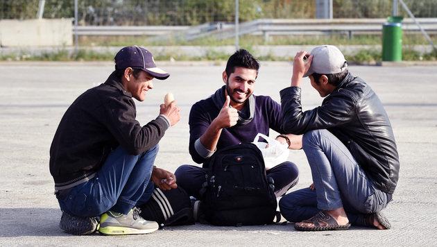 Flüchtlings-Ansturm im Burgenland ungebrochen (Bild: APA/HERBERT P. OCZERET)