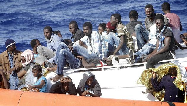 Flüchtlinge auf der Überfahrt von Afrika nach Europa (Bild: APA/EPA/GIUSEPPE LAMI)