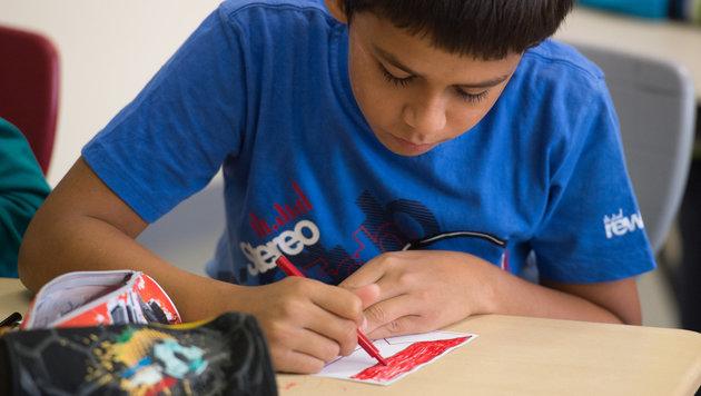 Ein Flüchtlingskind in einem deutschen Schulvorbereitungskurs (Bild: APA/dpa/Wolfram Kastl)