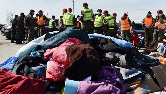 Warme Kleidung wartet auf ihre Verteilung in Nickelsdorf. (Bild: APA/HERBERT P. OCZERET)