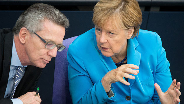 Innenminister Thomas de Maiziere mit Kanzlerin Angela Merkel (Bild: APA/dpa/Kay Nietfeld)