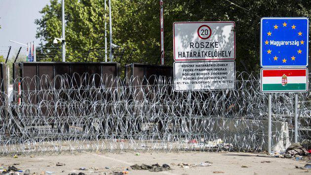 Der tagelang abgeriegelte Grenzübergang Röszke-Horgos 1 ist nun wieder geöffnet. (Bild: AP)
