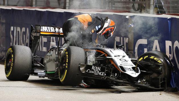 Nico Hülkenberg verlässt seinen zerstörten Force India nach einem Crash (Bild: APA/EPA/RUNGROJ YONGRIT)