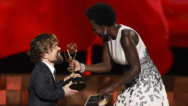 Viola Davis überreicht Peter Dinklage den Emmy als bester Nebendarsteller in einer Dramaserie. (Bild: Chris Pizzello/Invision/AP)
