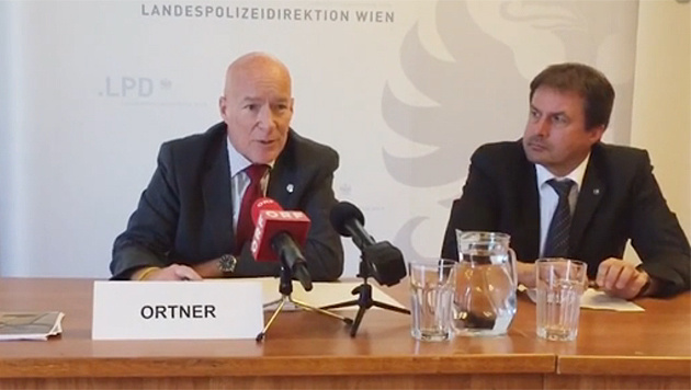 Armin Ortner, Leiter der zuständigen Brandermittlungsgruppe (li.) (Bild: krone.tv)