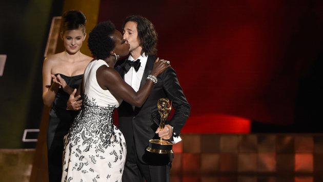 Beste Darstellerin Viola Davis Adrien Brody, der ihr den Emmy überreicht hat. (Bild: Chris Pizzello/Invision/AP)
