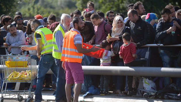 Der Zugverkehr von Salzburg nach Bayern bleibt eingestellt, Flüchtlinge queren die Grenze zu Fuß. (Bild: APA/BARBARA GINDL)