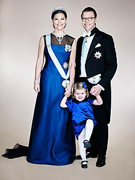 Im blauen Tupfenkleid mit Schleife und Lackschuhen passt Estelle perfekt zu Mama Victoria. (Bild: Anna-Lena AhlströmKungahuset.se)