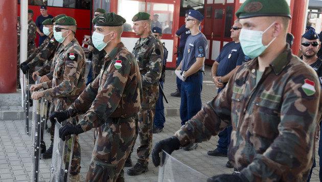 Ungarische Soldaten am Grenzübergang Beremend (Bild: AP)