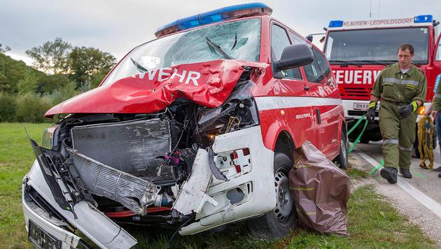 Biker frontal gegen Feuerwehrauto geprallt - tot (Bild: Stefan Schneider/Bezirksfeuerwehrkommando Baden)