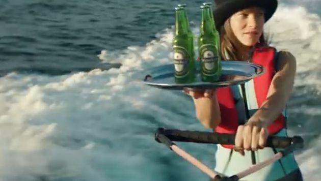 Weiblicher Aufputz darf an der Seite von 007 freilich auch nicht fehlen. (Bild: YouTube.com)