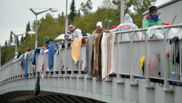 Zahlreiche Flüchtlinge warteten bei schlechtem Wetter am österreichisch-deutschen Grenzübergang. (Bild: APA/BARBARA GINDL)