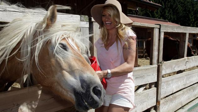 """Pamela Anderson kommt auf Gut Aiderbichl (hier mit Patenpferd """"Rupi""""). (Bild: Gut Aiderbichl)"""