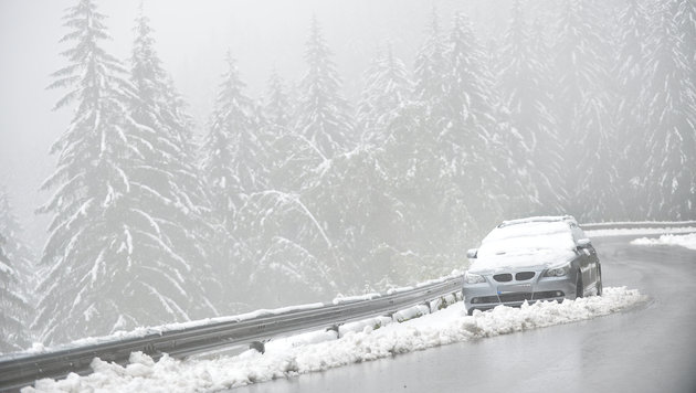 Schneefall auf der Böcksteinstraße im Gasteiner Tal (Bild: APA/BARBARA GINDL)