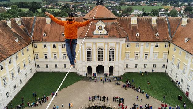 Slackliner überquert Stiftshof in 30 Metern Höhe (Bild: APA/CHRIS HUBER)