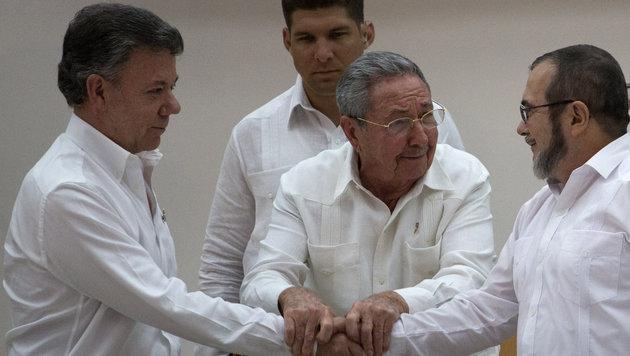 Historischer Deal: Santos, Kubas Staatschef Raul Castro und Rebellenführer Timoleon Jimenez (Bild: AP)