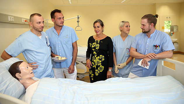 Alexandra, Richard, Milan und Markus stehen in ihrer Ausbildung zum diplomierten Krankenpfleger. (Bild: Peter Tomschi)
