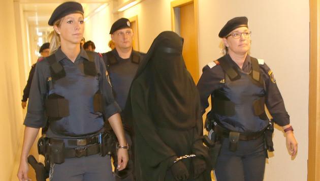 Die 21-Jährige am Weg in den Gerichtssaal (Bild: KRISTIAN BISSUTI)