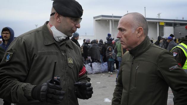 Verteidigungsminister Gerald Klug informiert sich bei einem Bundesheer-Hauptmann über die Lage. (Bild: GUNTER PUSCH/HBF)