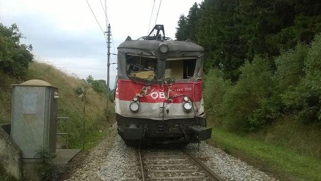 Der Lokführer wurde eingeklemmt und tödlich verletzt. (Bild: Einsatzdoku.at)