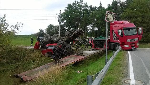 Der Lkw-Fahrer kam mit leichten Verletzungen davon, die Passagiere des Zugs blieben unverletzt. (Bild: Einsatzdoku.at)