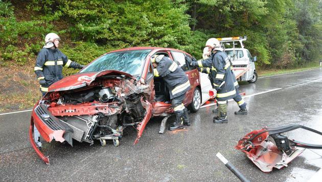 Der Lenker des zweiten Pkws wurde schwer verletzt ins Spital eingeliefert. (Bild: Einsatzdoku.at)