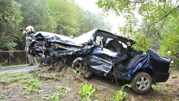 Für den Lenker dieses Autos gab es keine Rettung mehr. Er starb noch vor Ort. (Bild: Einsatzdoku.at)
