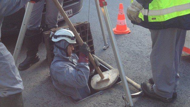 Kanalarbeiter Marcel begibt sich mit seinen Arbeitsutensilien nach unten. (Bild: Conny Derdak)