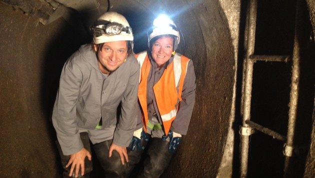 Krone.tv-Kameramann Thomas Mair und Redakteurin Conny Derdak begaben sich in die Unterwelt. (Bild: Conny Derdak)
