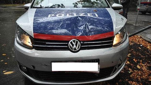 Gleich zweimal rammte der Lenker aus Rumänien das Polizeiauto. Die Beamten wurden leicht verletzt. (Bild: LPD WIEN)