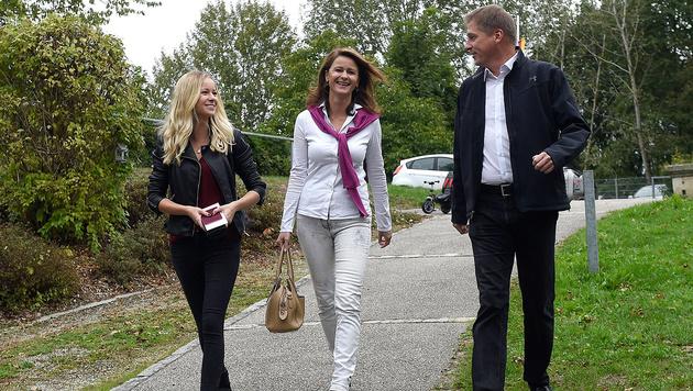 NEOS-Spitzenkandidatin Judith Raab mit Lebensgefährte Stefan und Tochter Nina bei der Stimmabgabe (Bild: APA/Helmut Fohringer)