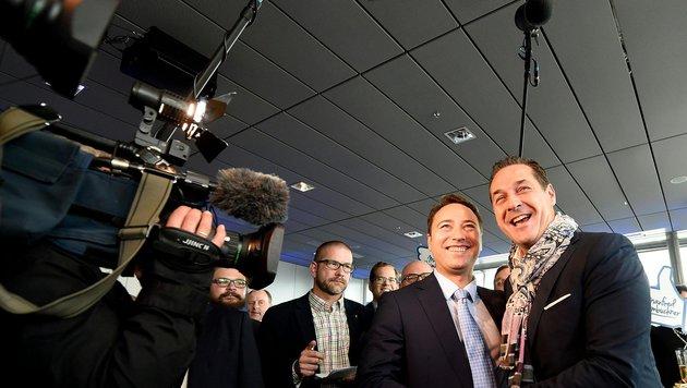 FPÖ-Spitzenkandidat Manfred Haimbuchner und FPÖ-Chef Heinz-Christian Strache feiern das Ergebnis. (Bild: APA/HELMUT FOHRINGER)