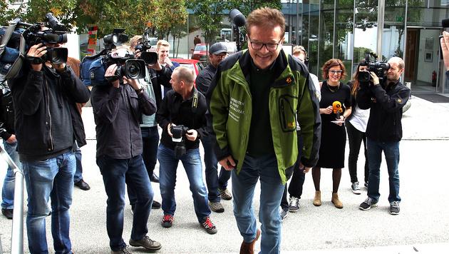 Grünen-Spitzenkandidat Rudi Anschober bei der Stimmabgabe in Steyregg (Bild: Chris Koller)