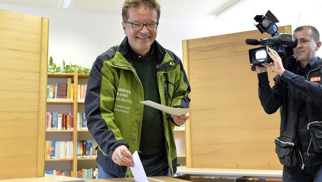 Grünen-Spitzenkandidat Rudi Anschober bei der Stimmabgabe in Steyregg (Bild: APA/Herbert Neubauer)