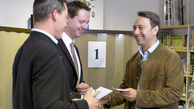 FPÖ-Spitzenkandidat Manfred Haimbuchner bei der Stimmabgabe in Steinhaus (Bild: APA/Herbert Neubauer)
